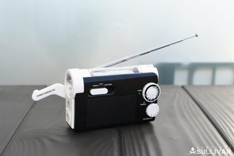 hand-crank am fm radio and lantern